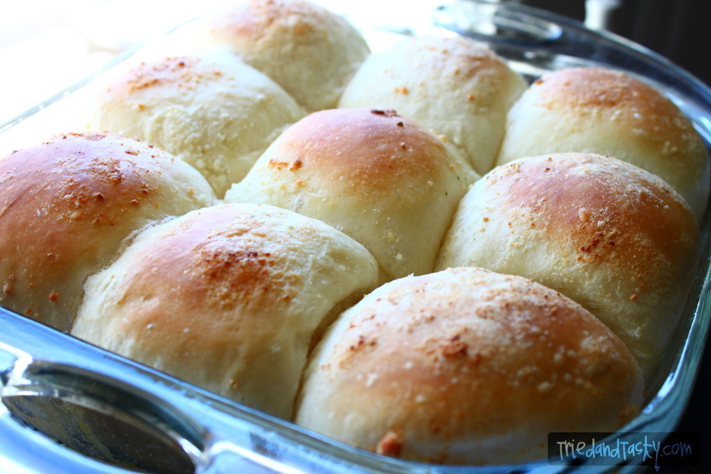 Garlic Parmesan Rolls // Rhodes makes making fresh bread simple. These Garlic Parmesan Rolls smell as delicious as they taste. | Tried and Tasty