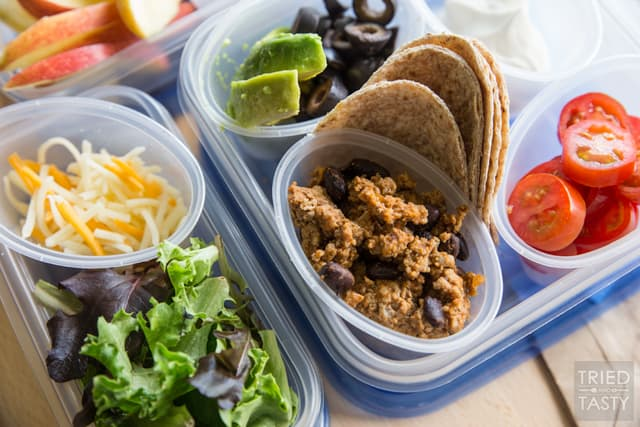 Mini Taco Bar // What's more fun than lunch that's made out of mini food? These mini tacos are great for kids & adults alike. Perfect for a summertime lunch! | Tried and Tasty for Super Healthy Kids