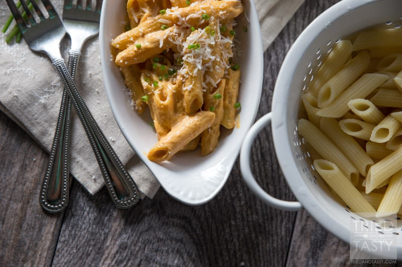 Pumpkin Pasta Alfredo // You've had the sweet pumpkin recipes but have you had the savory? This pasta alfredo will surprise your tastebuds. A refreshing twist to shake things up this fall season! | Tried and Tasty